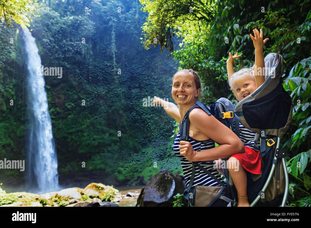Piscine cascade à de jeunes professionnels mère voyageur peu à l'arrière - petite fille Photo Stock