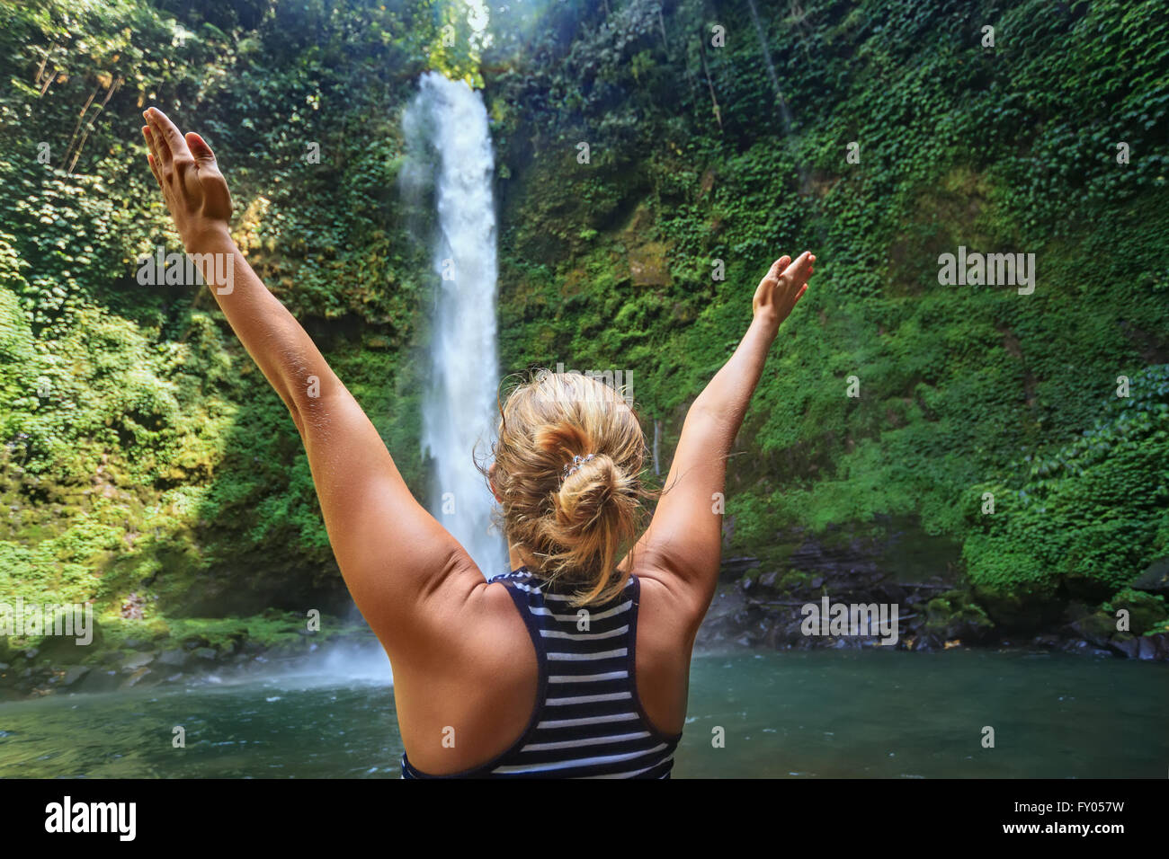 Belle jeune fille heureux voyageant à Bali forêt sauvage diffusion mains profiter de la nature sous la Photo Stock