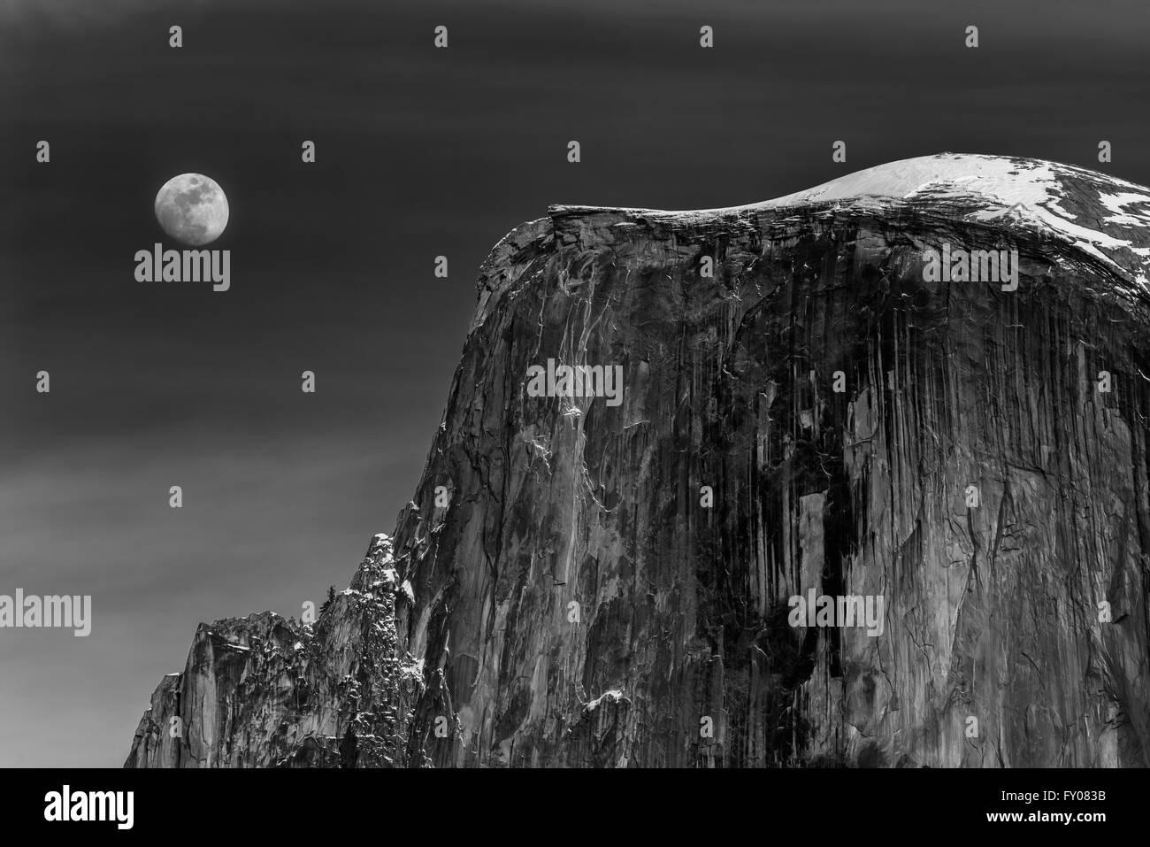 Lune se levant à côté de demi-dôme à Yosemite National Park Banque D'Images