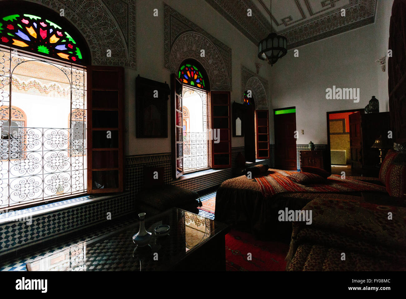 l'intérieur d'une chambre d'un riad traditionnel à fès, maroc