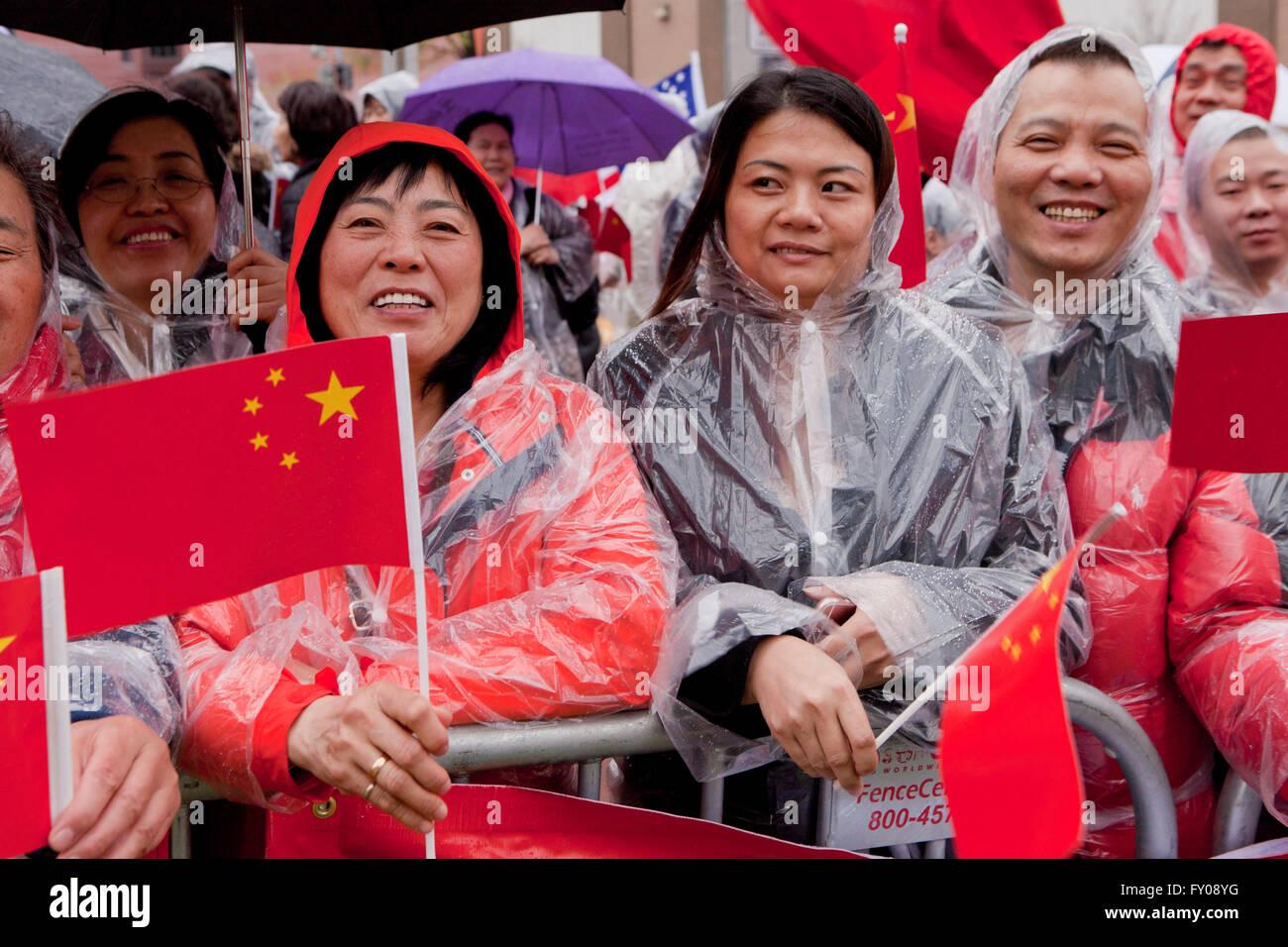 Chinese-Americans tenir des signes de soutien et d'accueil, le président Xi Jinping est de parvenir au Photo Stock