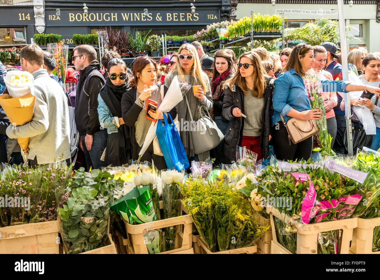 Londres, Royaume-Uni - 17 Avril 2016: Columbia Road Flower Market dimanche. Les vendeurs de rue vendent leur Photo Stock