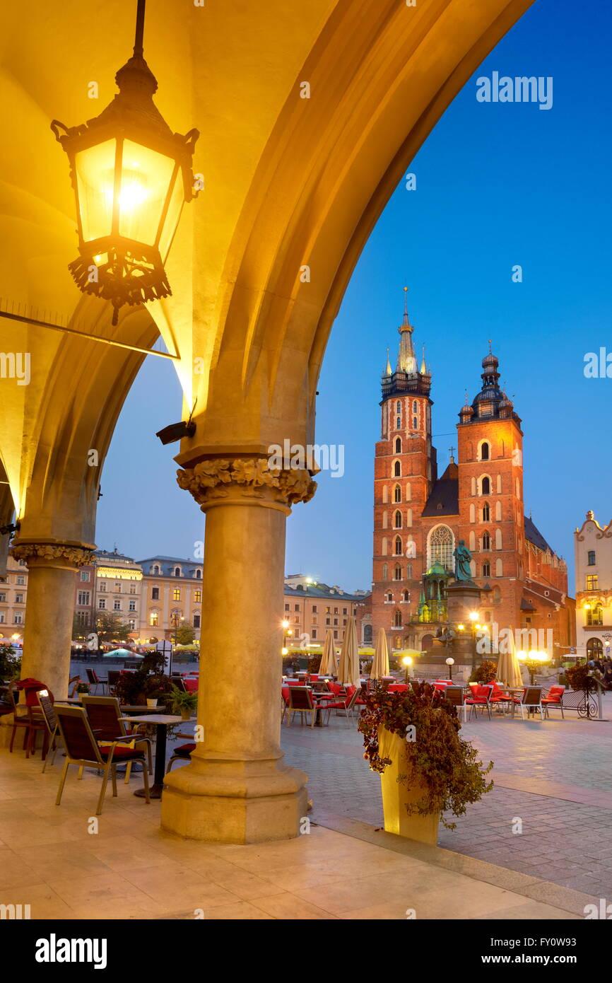 Sukiennice (Halle aux draps) et l'église de la Vierge Marie au soir, Cracovie, Pologne, l'UNESCO Photo Stock