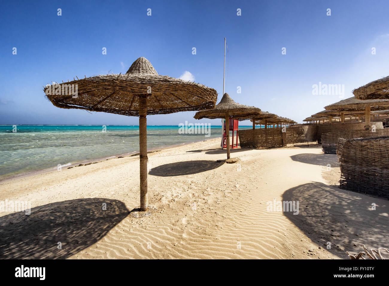 Plage de Marsa Alam avec rangée de parapluie, Egypte Photo Stock