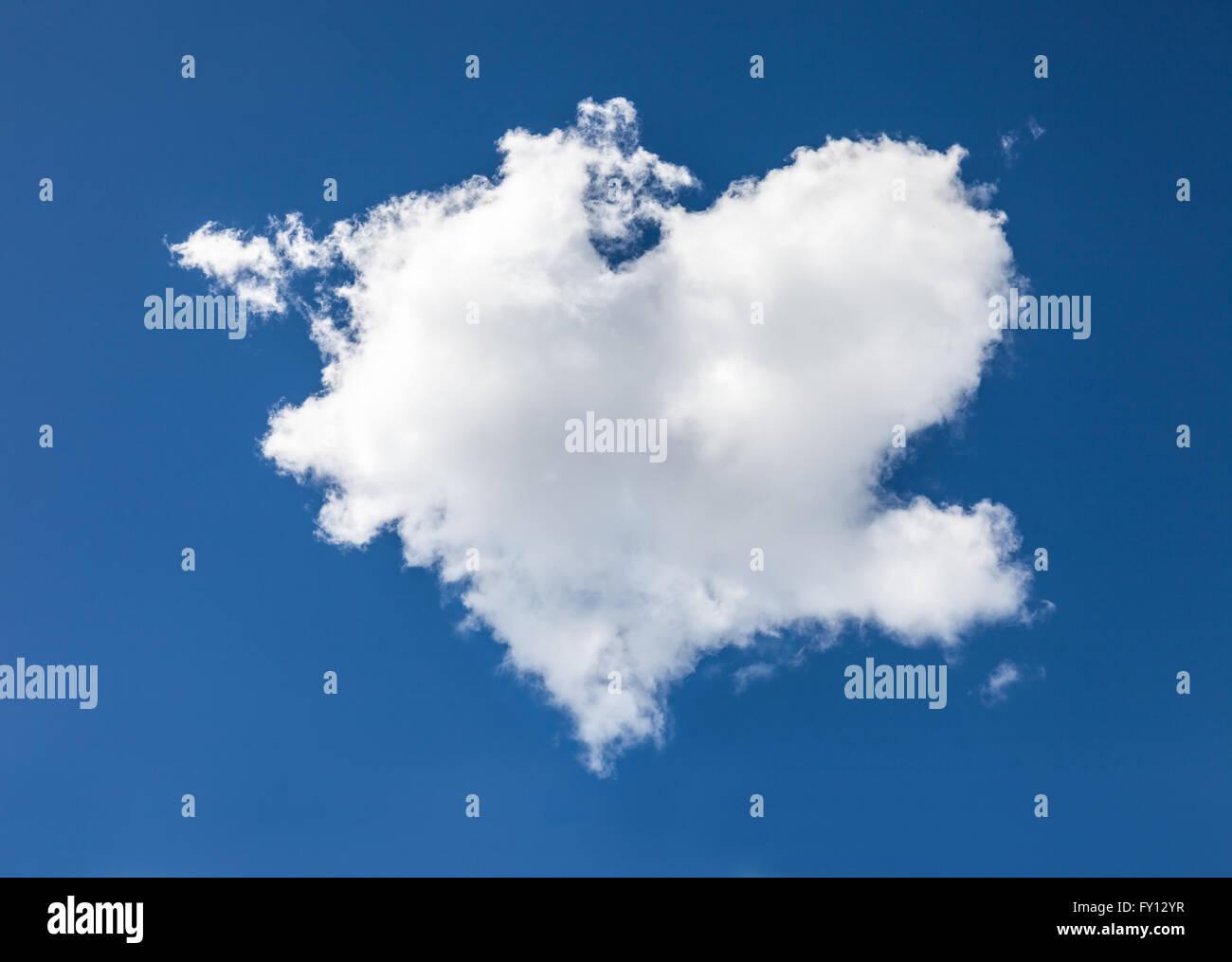 Nuage en forme de coeur en face de ciel bleu Banque D'Images