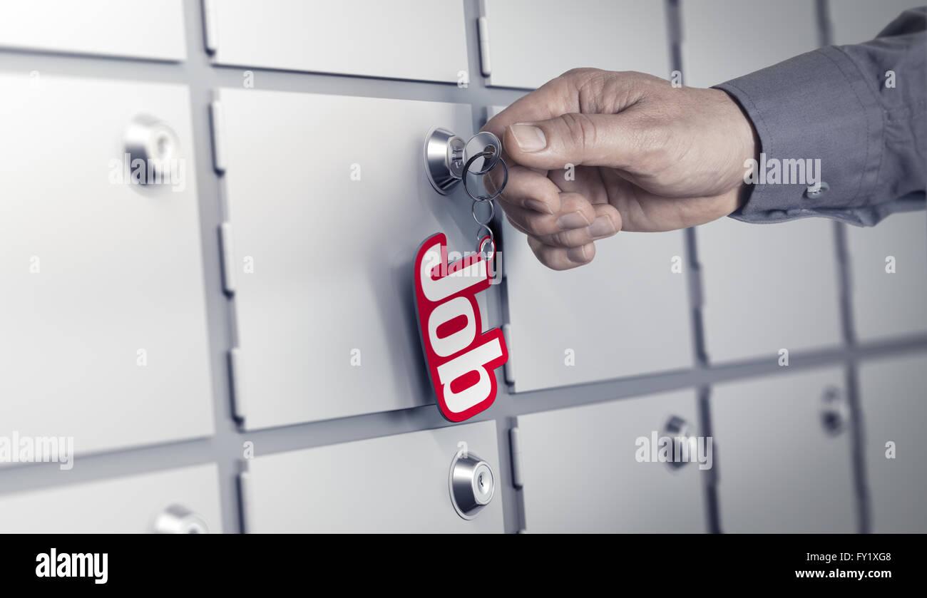 La main de l'homme sur le point de tourner une clé avec le mot travail. Beaucoup de portes fermées Photo Stock