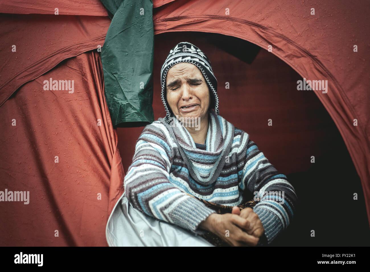 Femme désespérée d'Afghanistan pleurant dans sa tente du camp de réfugiés, Idomeni, Photo Stock