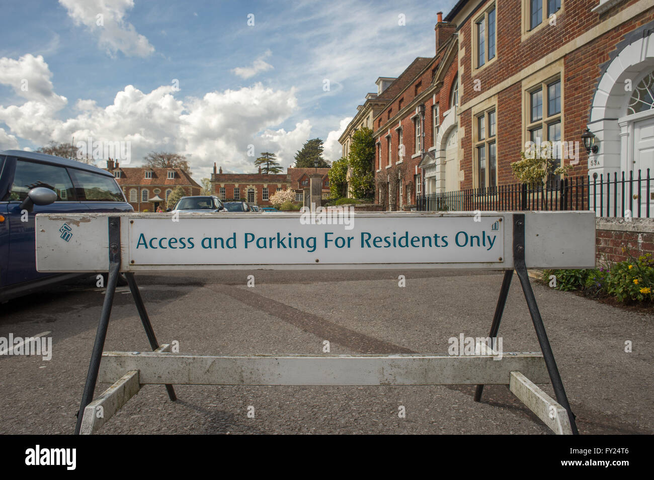Barrière routière, avec accès et parking pour les résidents seulement, Salisbury, Wilthsire. Photo Stock