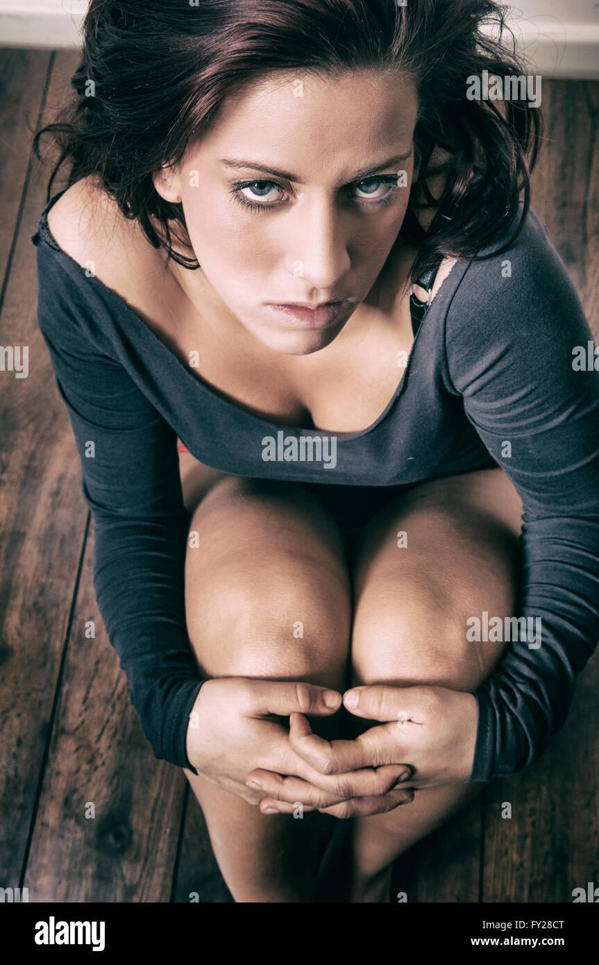 Femme déprimé assis sur le sol Photo Stock