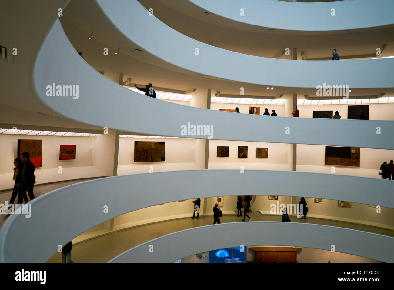 L'intérieur de la Solomon R. Guggenheim Museum, New York Manhattan Banque D'Images