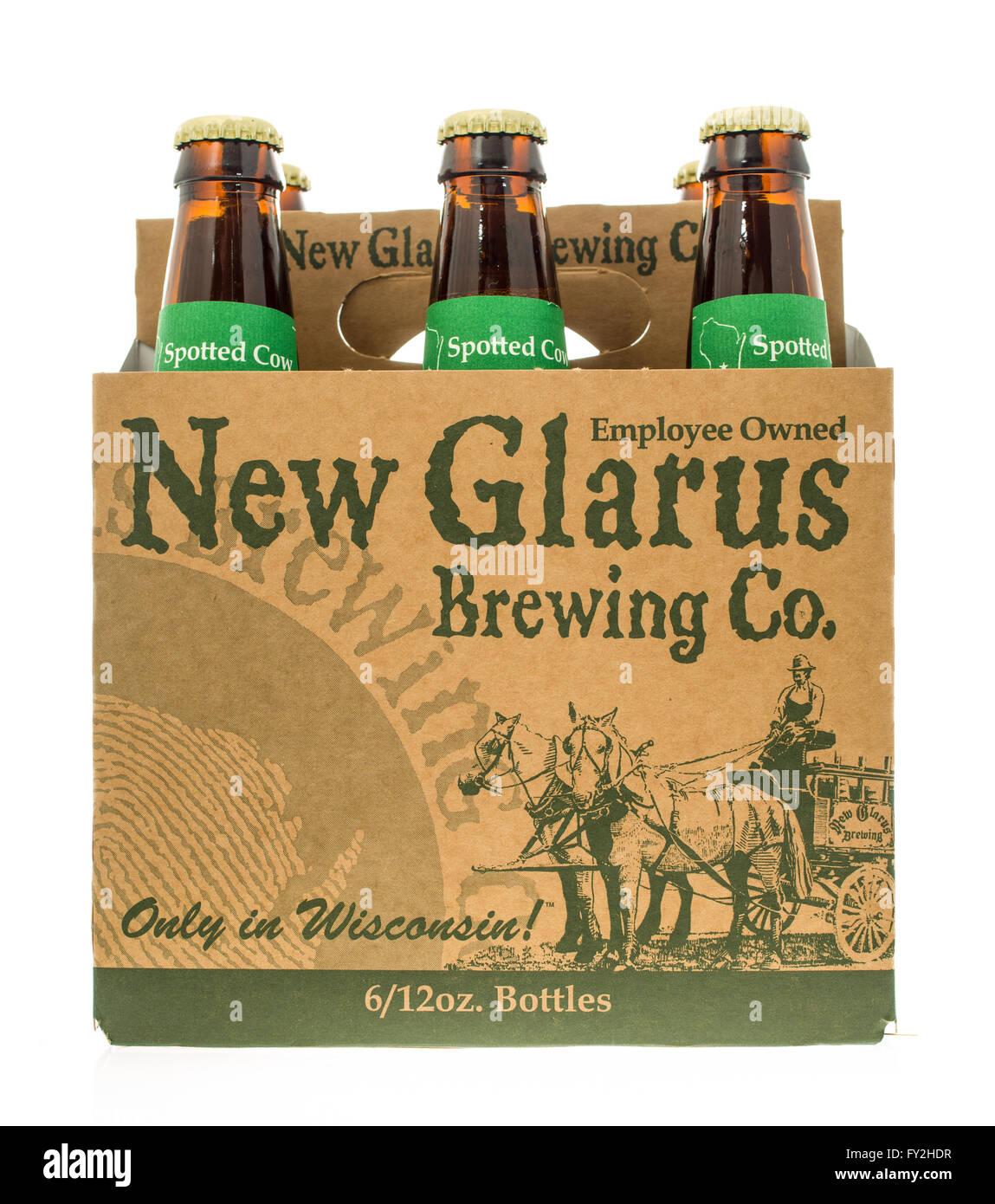 Winneconne, WI -3 nov 2015: six-pack de New Glarus spotted cow bière. Banque D'Images