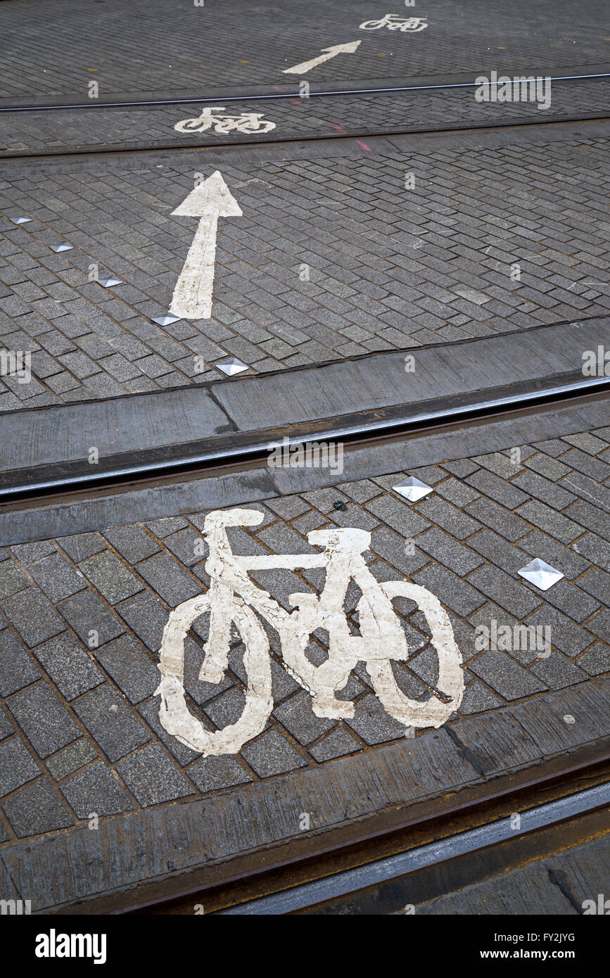 Le marquage routier pour les cyclistes montrant la route qu'ils doivent prendre pour traverser les voies de Photo Stock