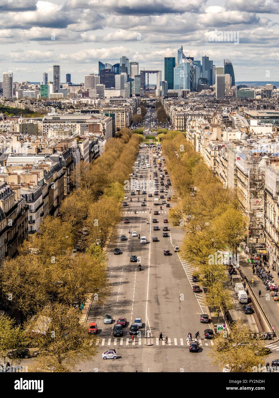 La Défense, quartier des affaires, Paris, France. Vue imprenable sur l'Avenue de la Grande Armée de l'Arc de Triomphe. Banque D'Images