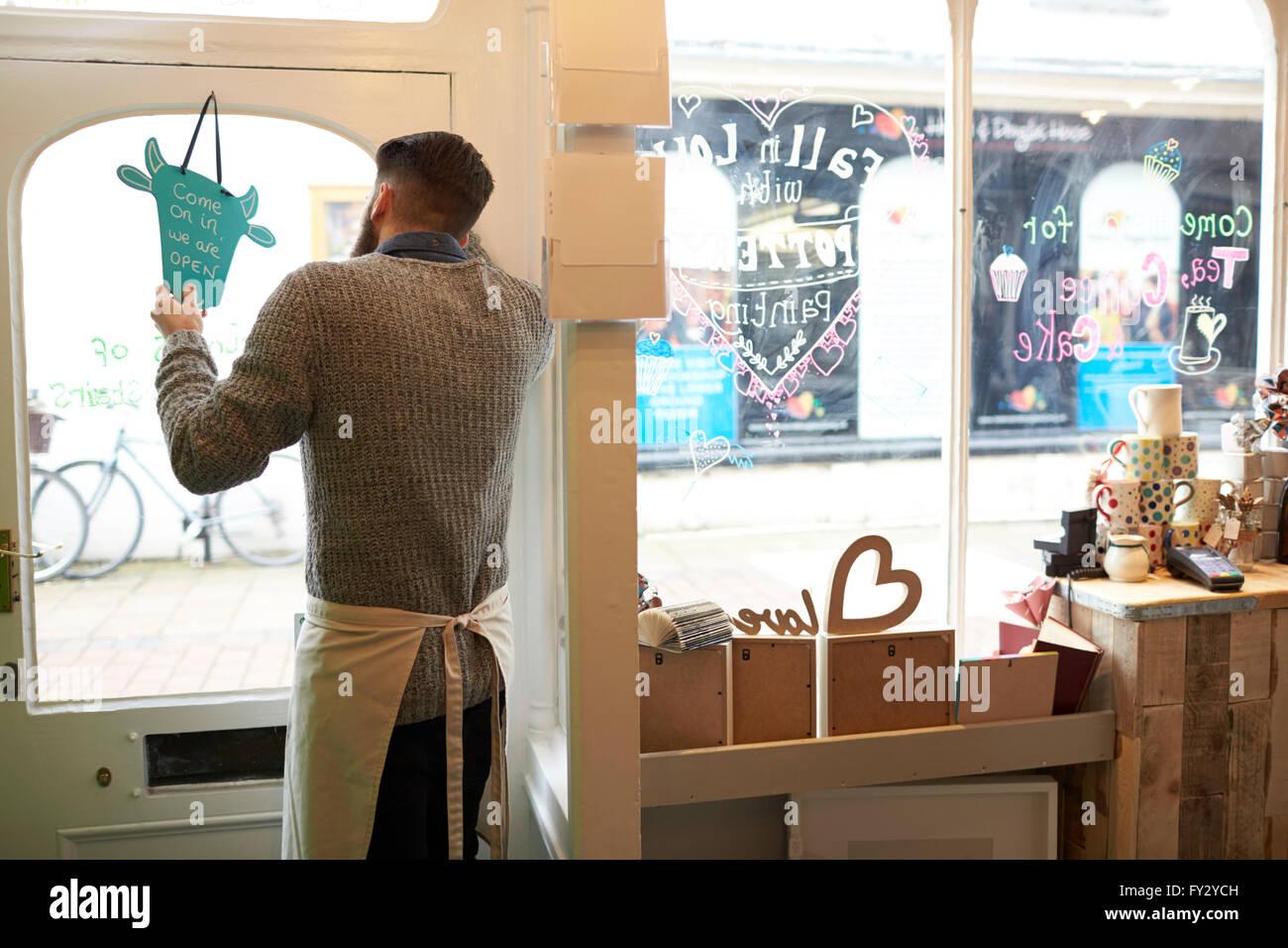 Homme propriétaire de Café tournant Open Sign Photo Stock