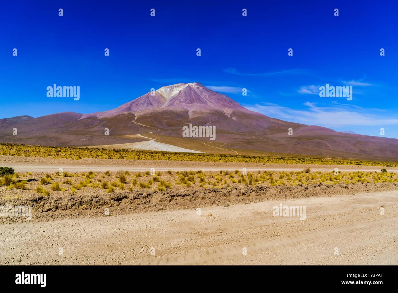 Vue de cratère de volcan domant et glacier à Uyuni en Bolivie Photo Stock