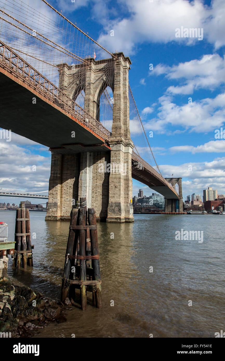 Vue depuis près de Manhattan sous pont de Brooklyn , USA vu à New York. Photo Stock