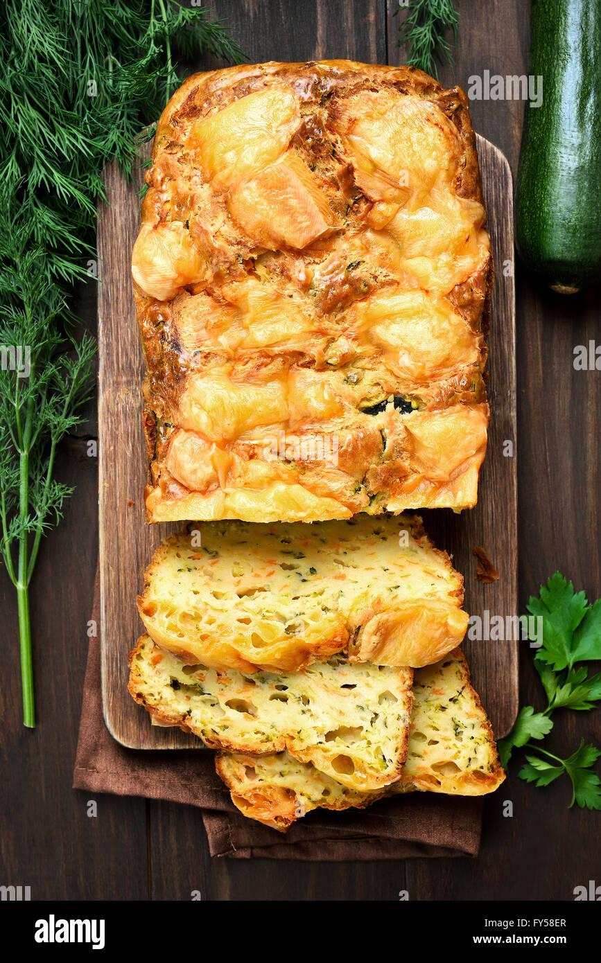 Oeufs légumes pain de courgettes, vue du dessus Photo Stock