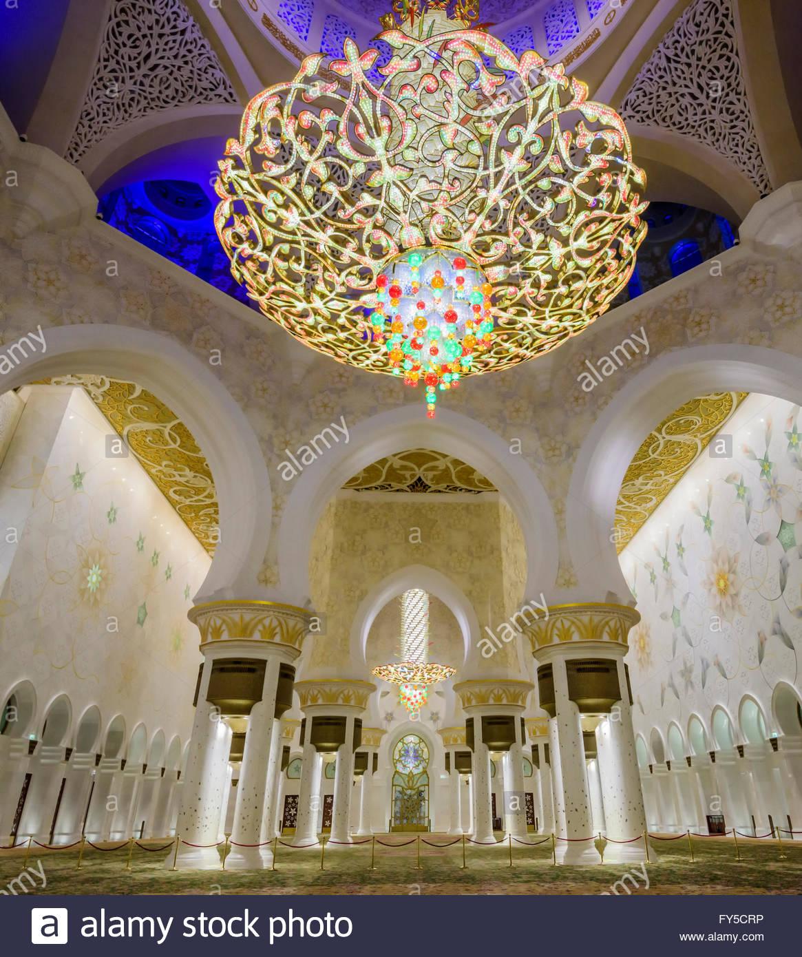 La principale salle de prière chandelier dans la grande mosquée Sheikh Zayed, Abu Dhabi Photo Stock