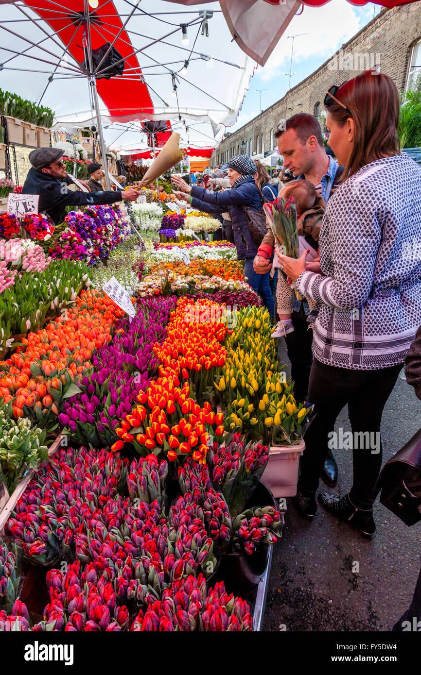Une famille qui achète des fleurs à Columbia Road Flower Market, Tower Hamlets, London, England Photo Stock