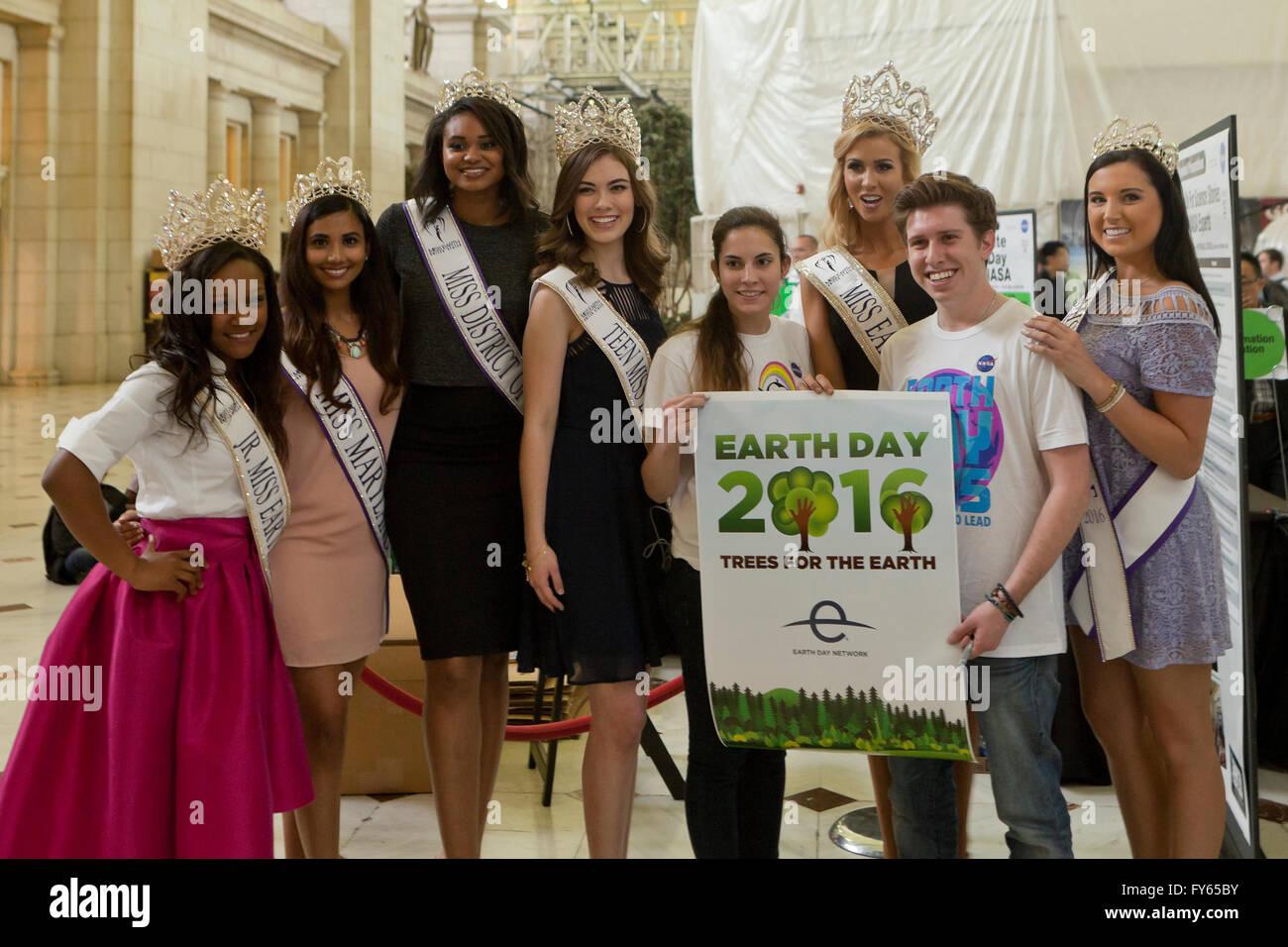 Washington DC, USA. 22 avr, 2016. La NASA célèbre le jour de la Terre avec le public dans le hall principal Photo Stock