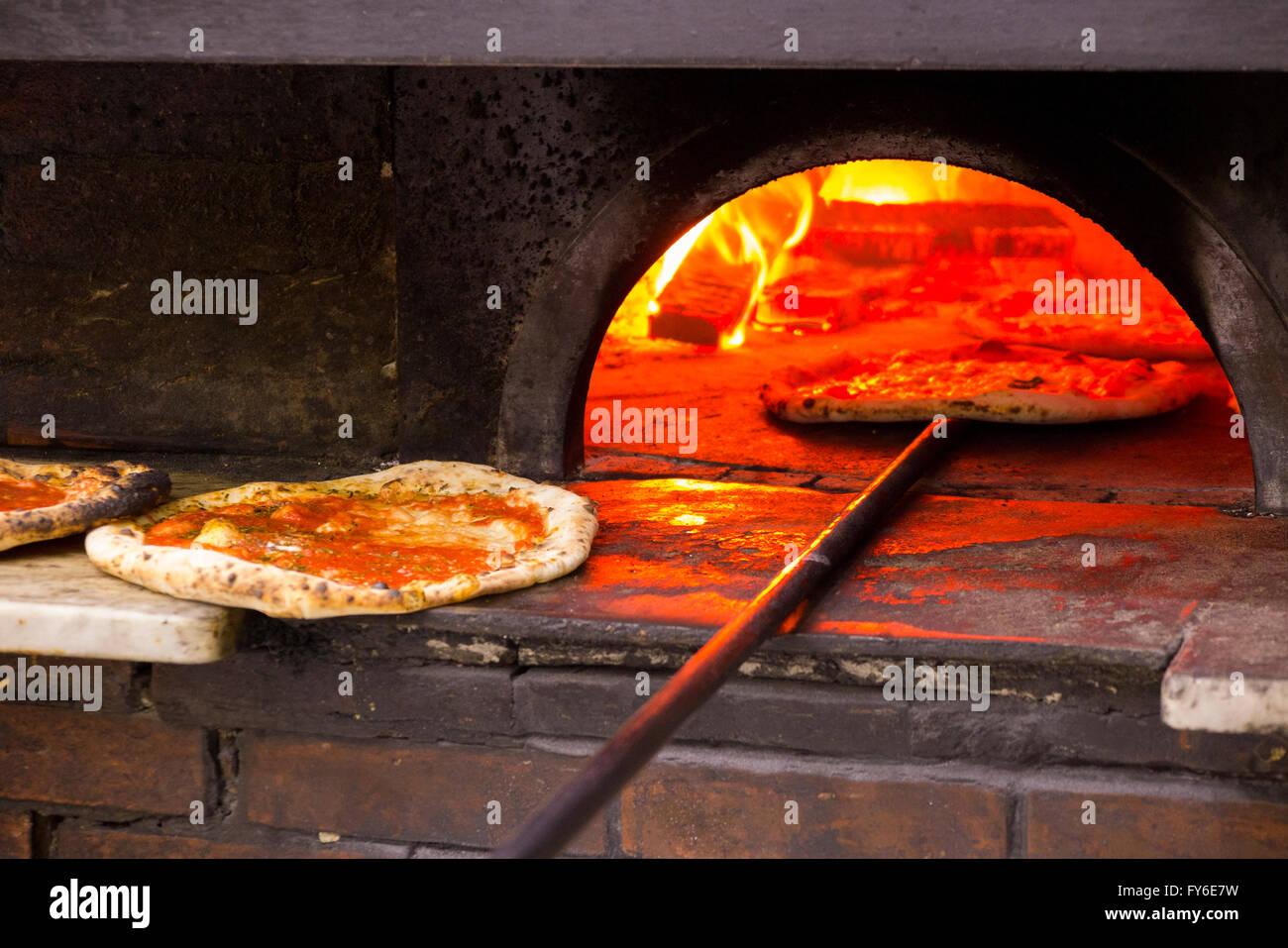lintrieur dun four pizza au feu de bois pizzas cuites au four en tant clbre restaurant italien naples pizzeria da michele - Four A Pizza Interieur