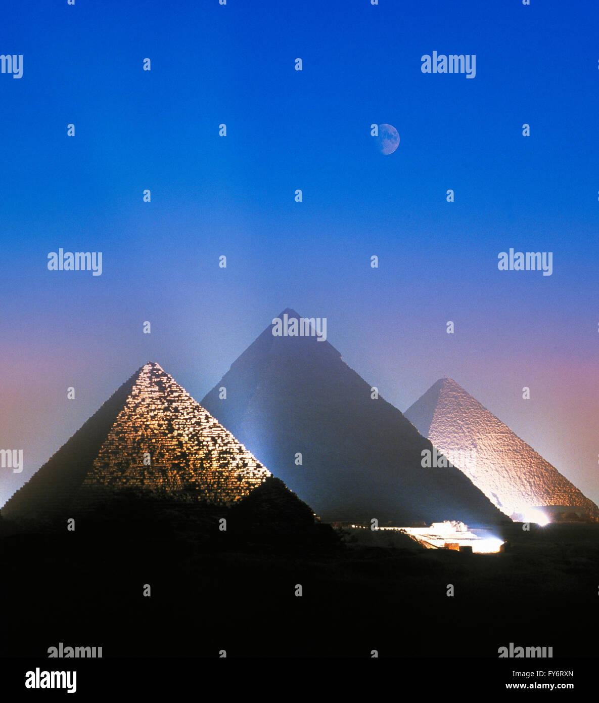 Au cours de la lune allumé pyramides de Gizeh, Le Caire, Egypte Photo Stock