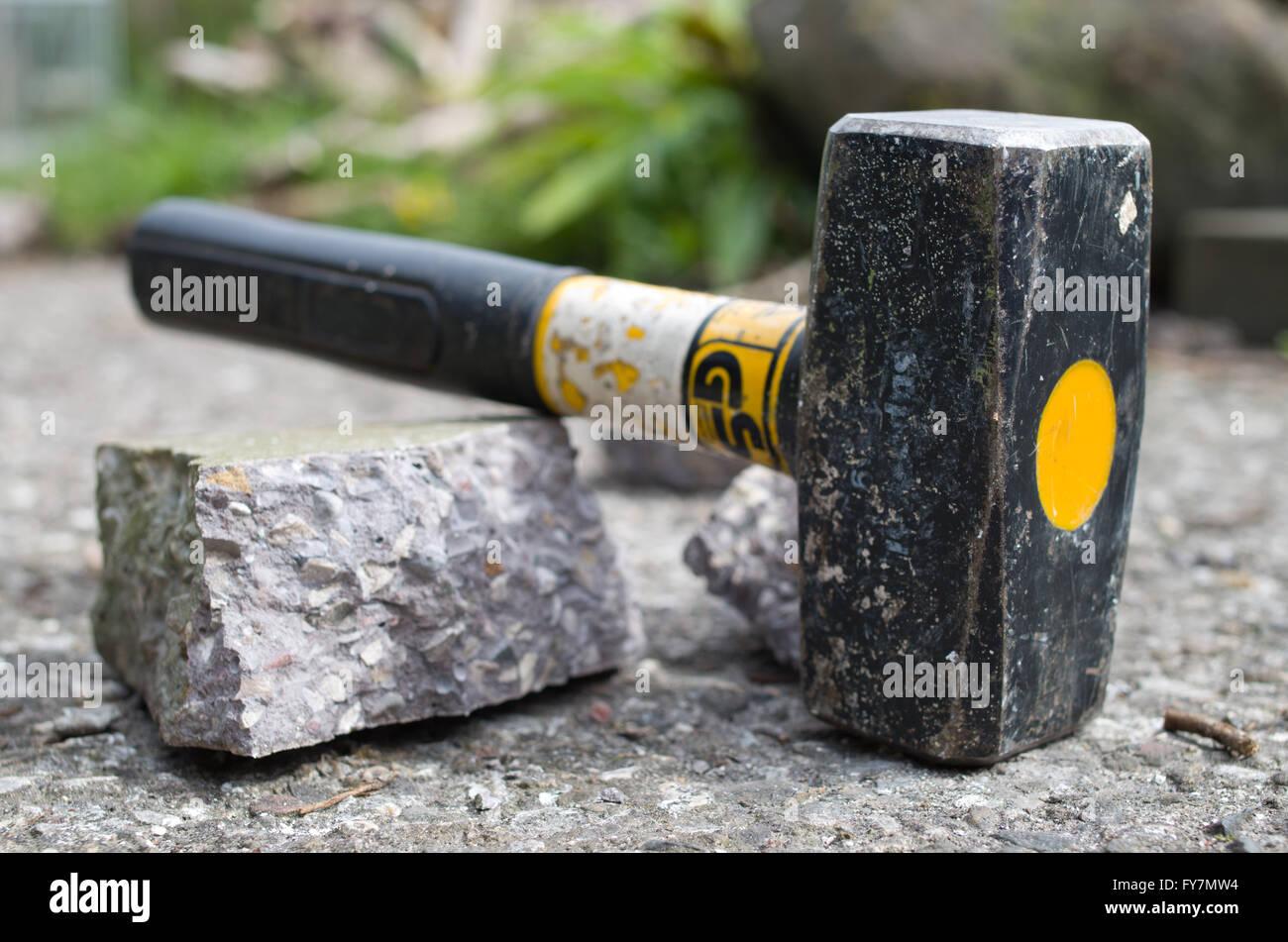 Briser le béton avec paiement d'un marteau. Photo Stock
