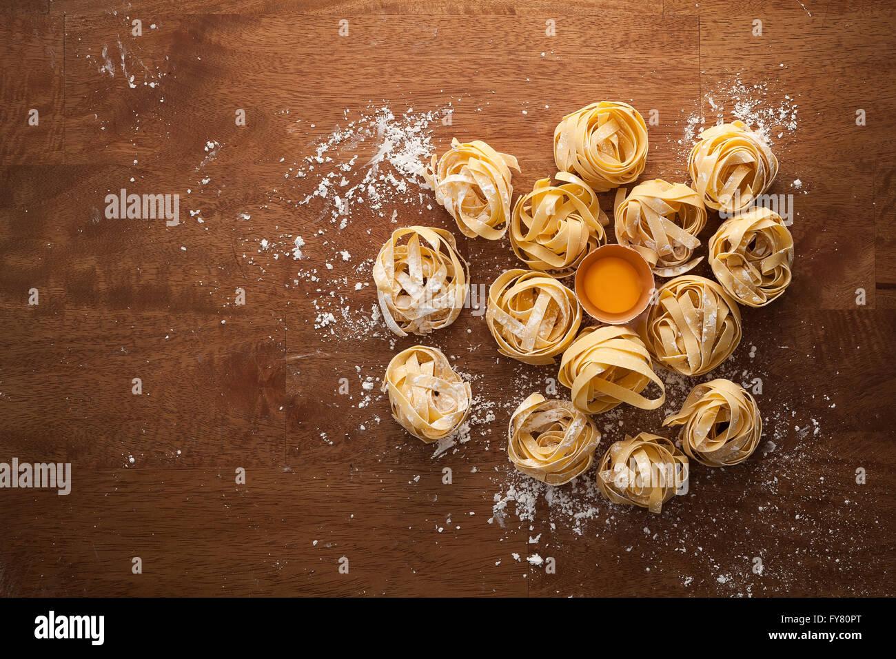 Cuisine italienne pâtes fettuccine vie encore télévision rustique bois laïcs tagliatelle alfredo Photo Stock