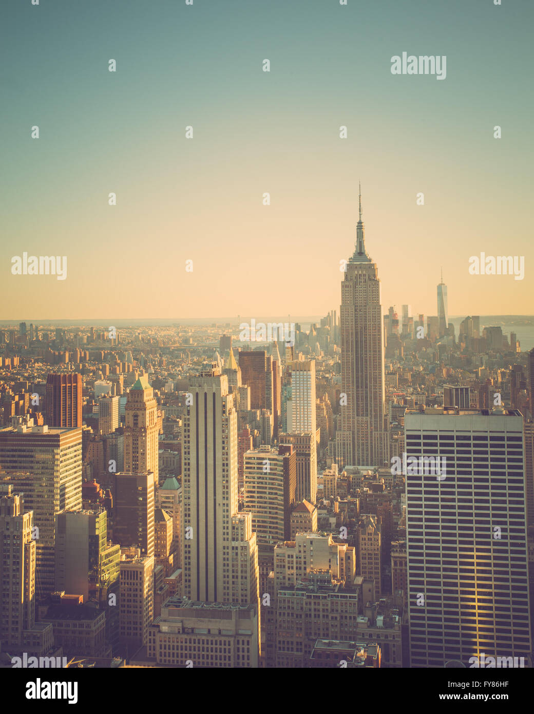 Vue sur la ville de New York à Manhattan au coucher du soleil avec vintage tone et Empire State Building Photo Stock