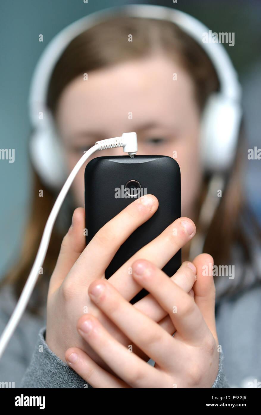 Teen girl with mobile (cellulaire) et des écouteurs de téléphone Photo Stock
