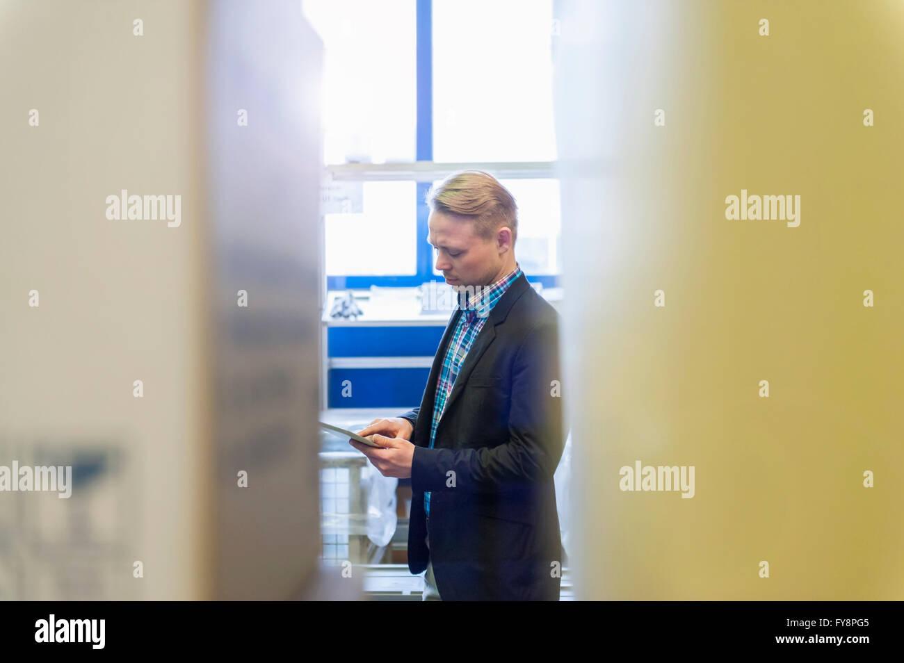 Businessman checking réception des marchandises en entrepôt Photo Stock