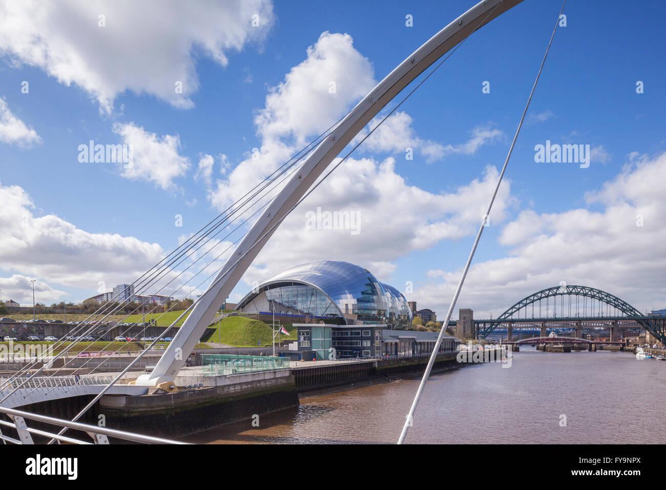 Les ponts Tyne et le Sage Gateshead, par Foster and Partners, à partir de la Millennium Bridge, à Newcastle Photo Stock