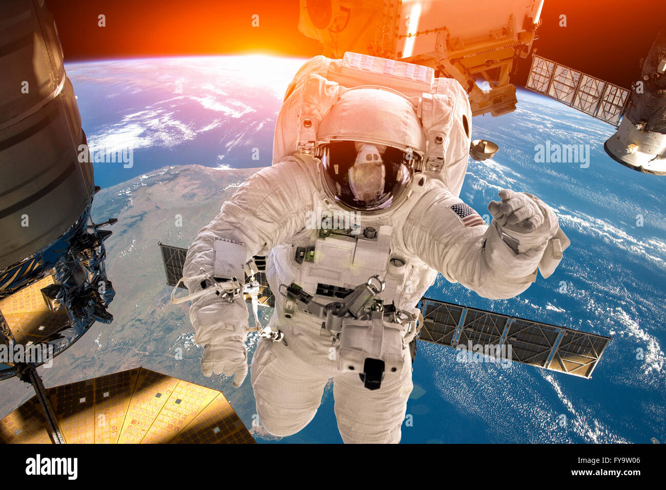 Station spatiale internationale et astronaute dans l'espace au cours de la planète Terre. Éléments Photo Stock