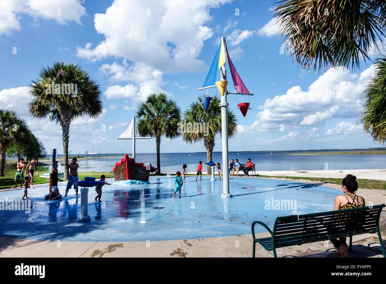 St Floride Saint Cloud Lakefront Park à l'Est Le lac Tohopekaliga fontaine publique jets jets d'eau Photo Stock