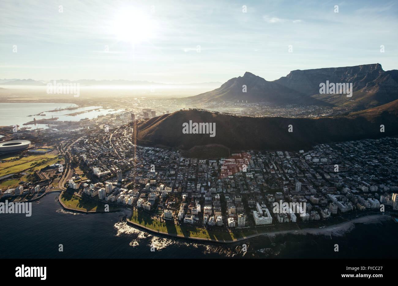 Birds Eye View of city of Cape Town avec des bâtiments sur l'eau sur une journée ensoleillée. Vue aérienne de la ville de Cape Town. Banque D'Images