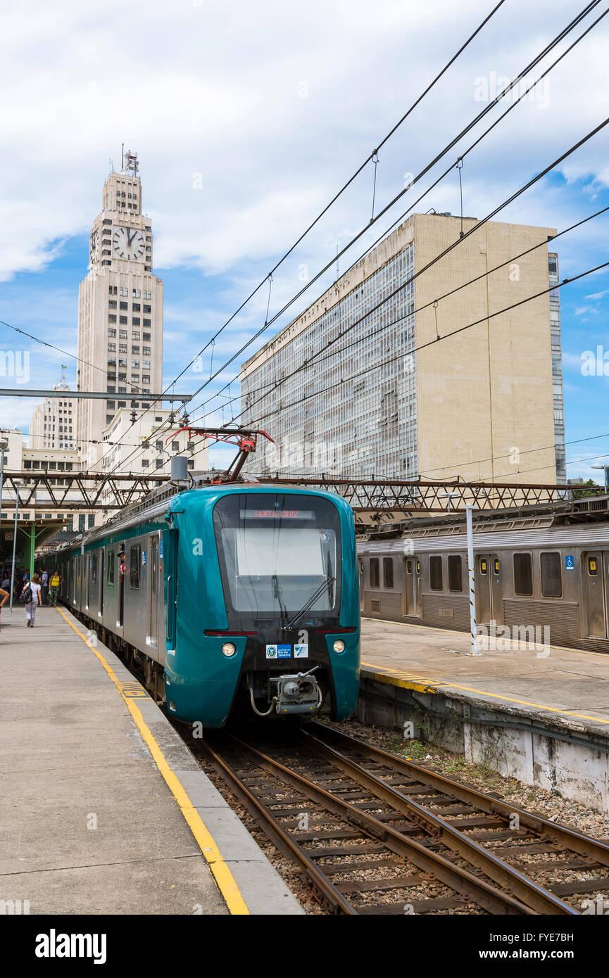 RIO DE JANEIRO - le 4 mars 2016: des trains à la gare centrale du Brésil de faire attendre les navetteurs Photo Stock