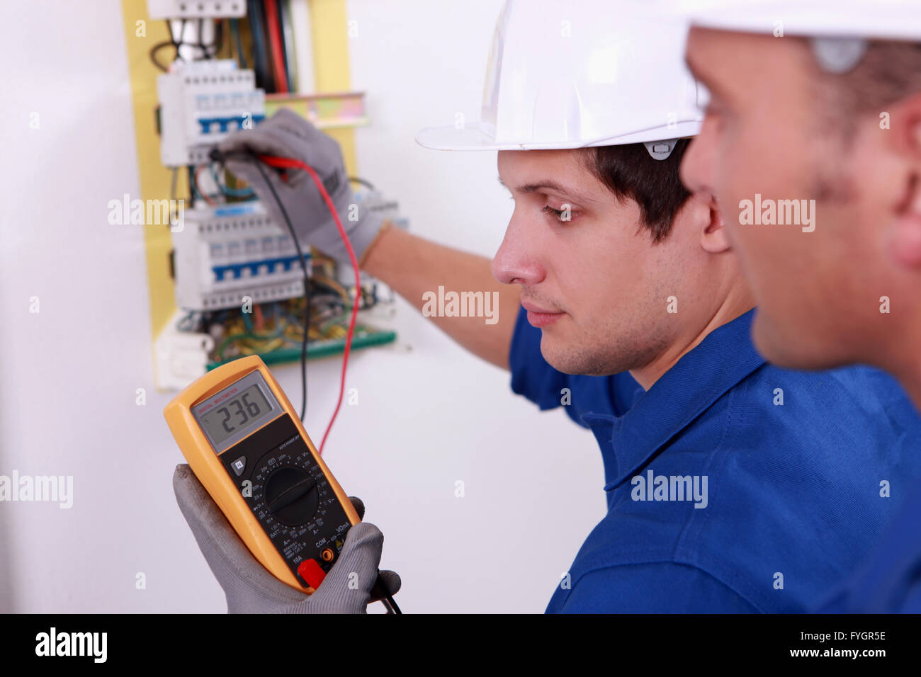 Deux ingénieurs de l'équipement électrique Contrôle technique Banque D'Images