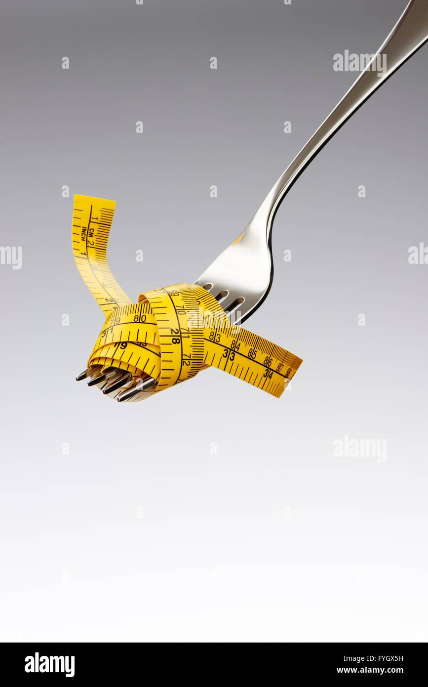 Fourche avec ruban de mesure suivant un régime Obésité Concept Banque D'Images