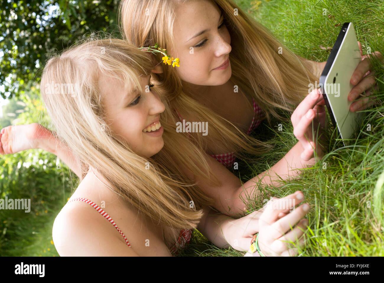 Filles et un touchpad Photo Stock