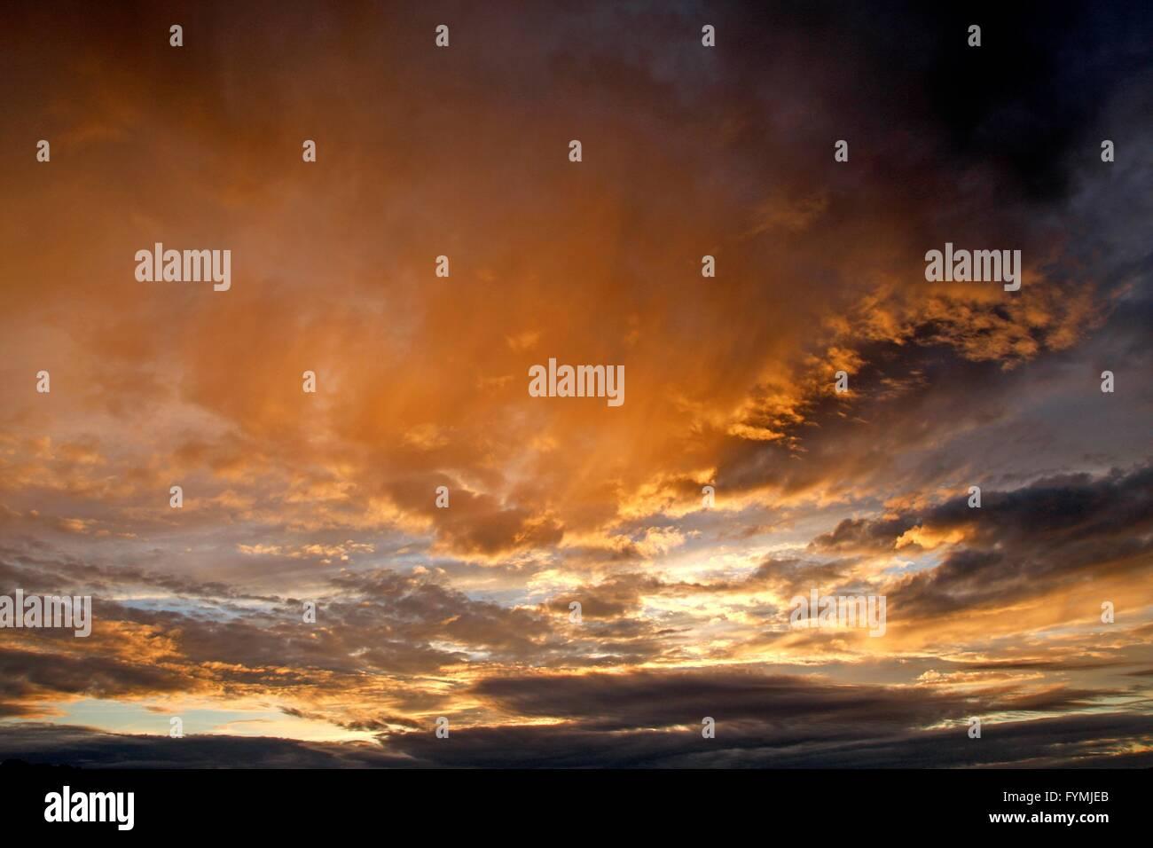 Coucher du soleil orange et la formation de nuages sombres Photo Stock