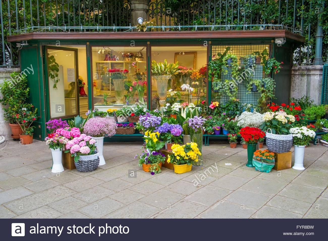 Les fleuristes boutique avec l'extérieur affiche, Campo Santo Stefano, Venise, Italie, Avril Photo Stock