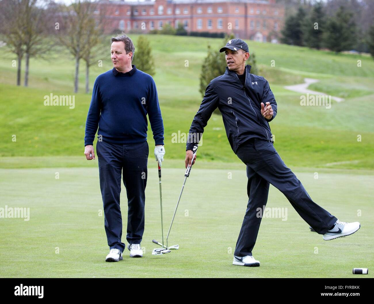Président américain Barack Obama joue au golf avec le premier ministre David Cameron au bosquet à Photo Stock