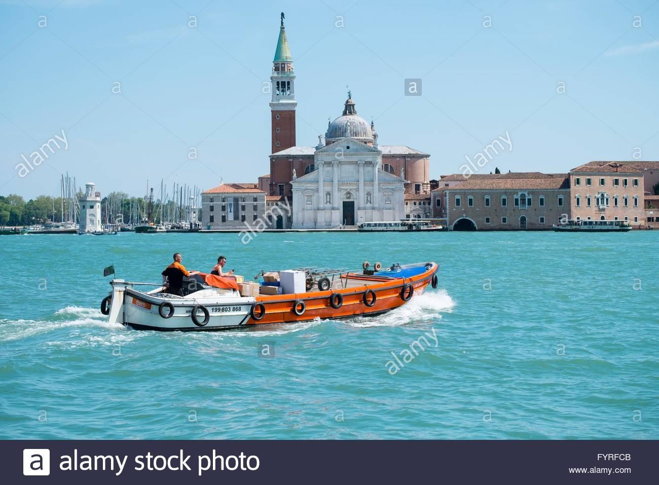 Livraison TNT voyageant en bateau à l'île de la Giudecca Photo Stock