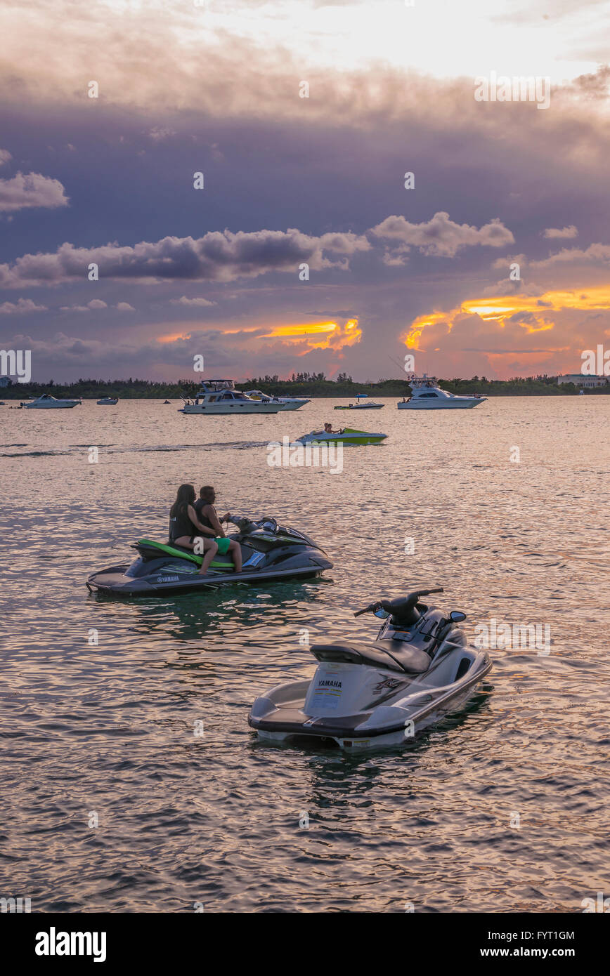 Sports nautiques au coucher du soleil. Miami. Floride.USA. Photo Stock