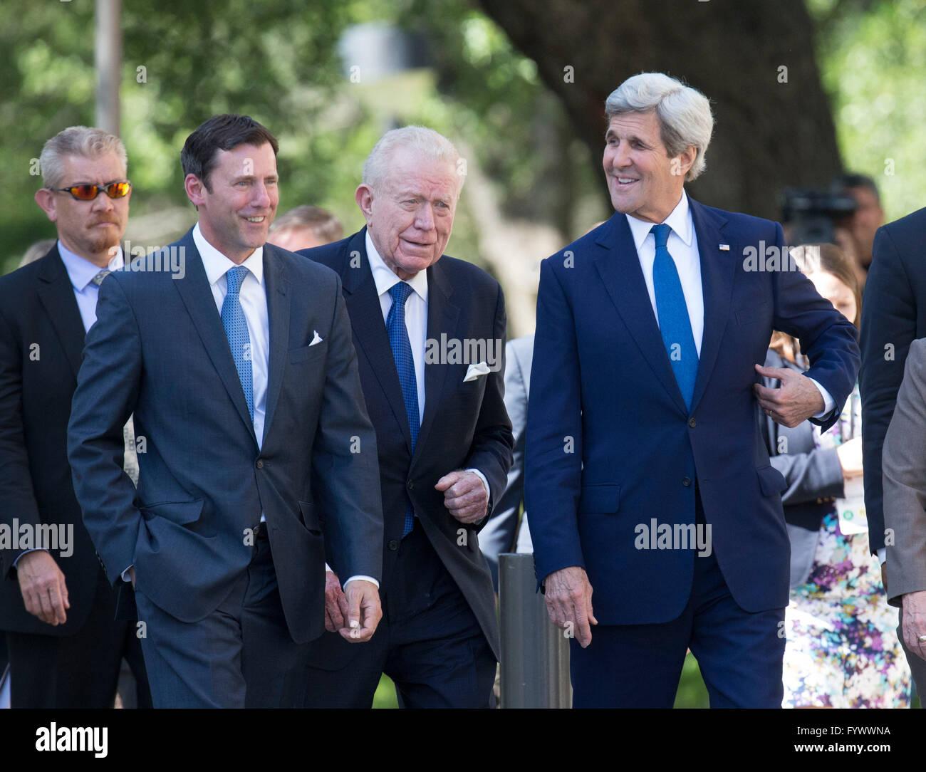 Le secrétaire d'Etat John Kerry, centre, arrive à la Bibliothèque LBJ pour un discours liminaire prononcé lors de la guerre du Vietnam Sommet. Banque D'Images