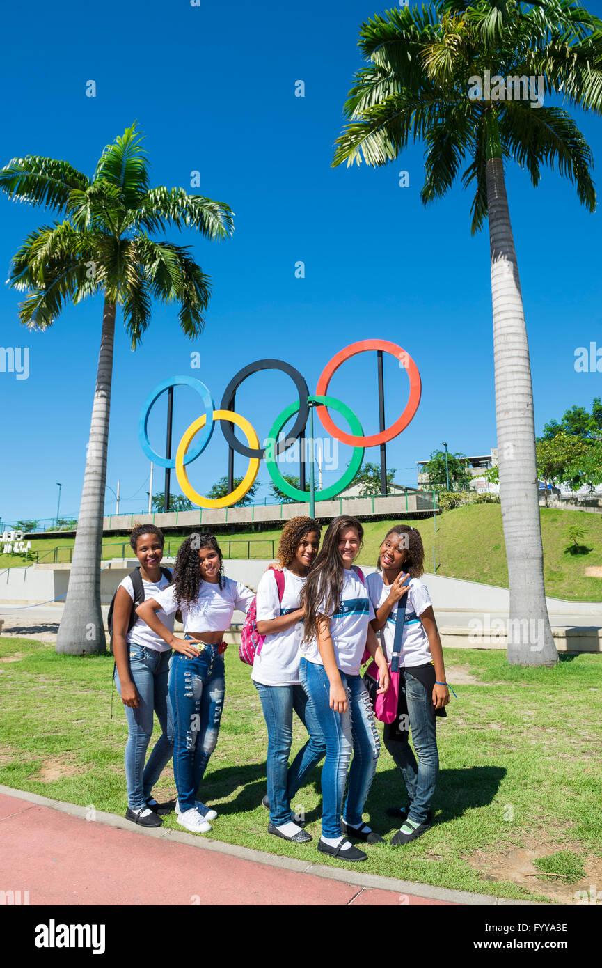 RIO DE JANEIRO - le 18 mars 2016: Groupe de jeunes Brésiliens posent devant des anneaux olympiques installés Photo Stock