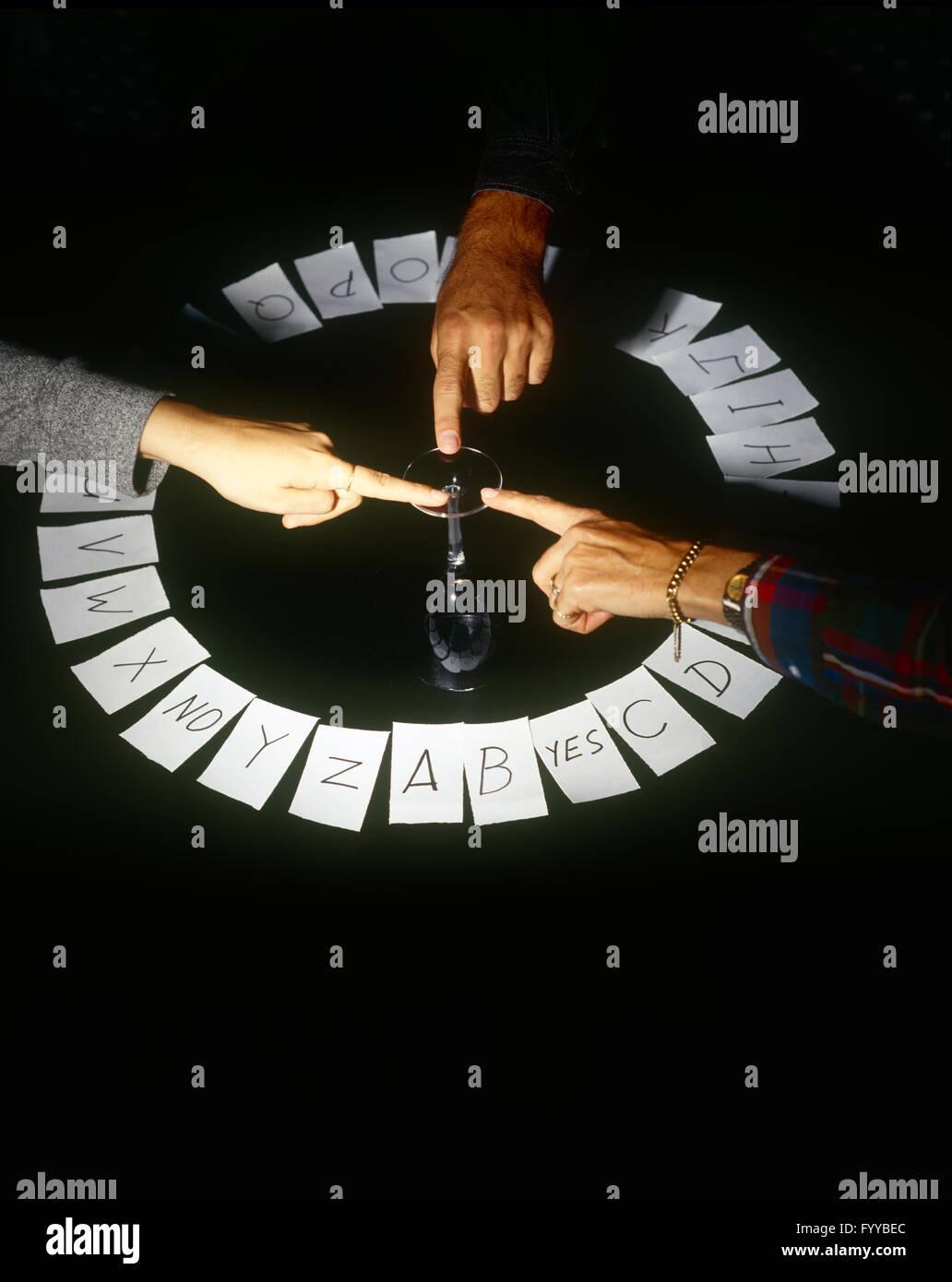 Trois doigts sur une glace en faisant un jeu surnaturelle, à l'intérieur Photo Stock