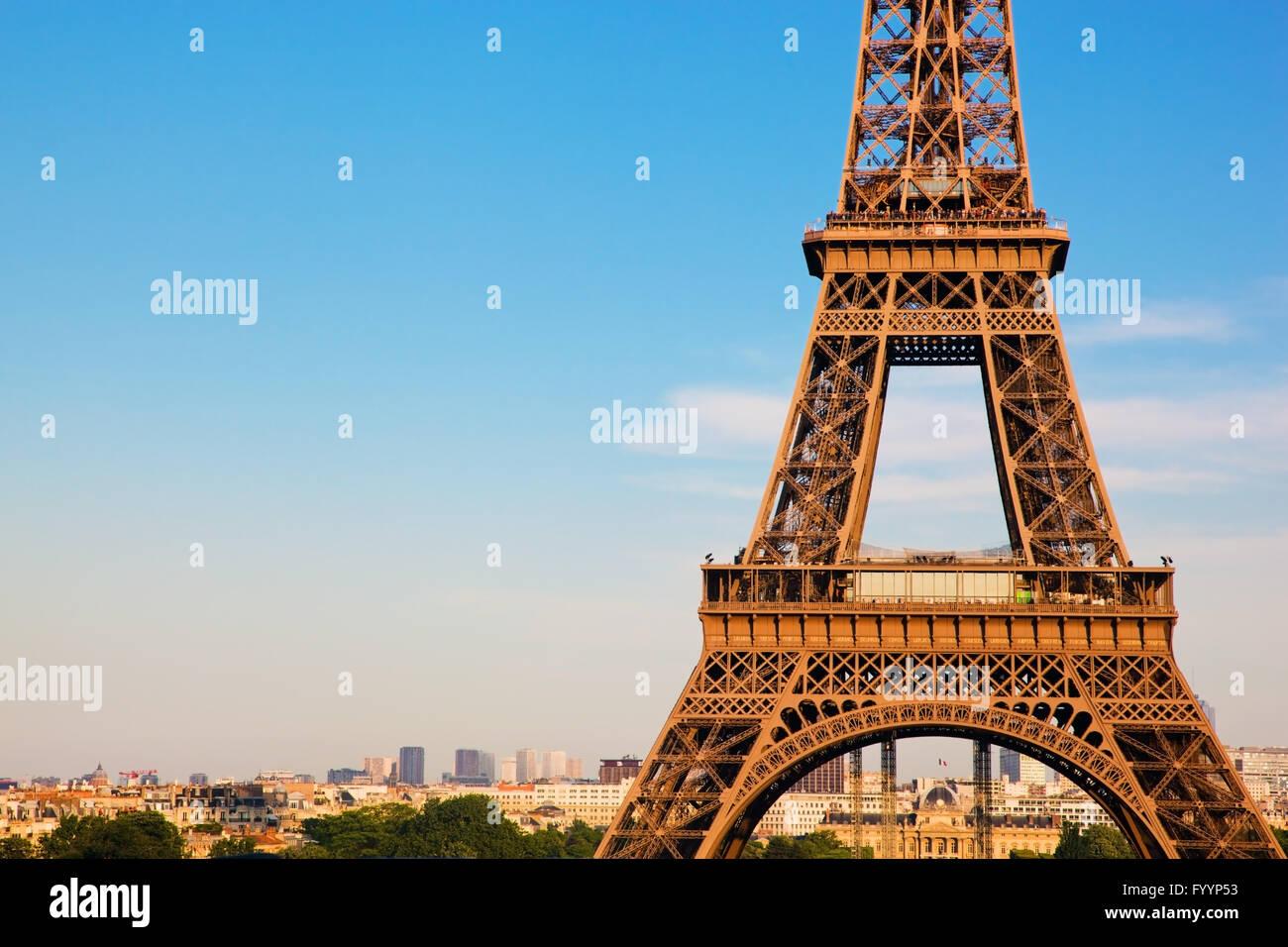 Au milieu de la partie de la Tour Eiffel Photo Stock