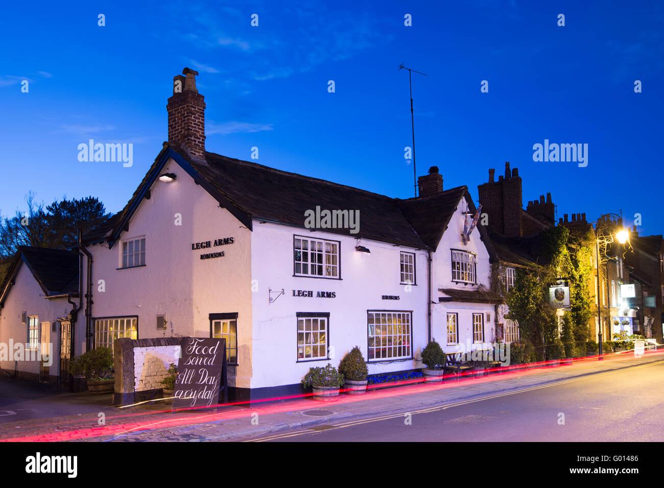 Le pub Legh Arms à Prestbury Village, la nuit, près de Prestbury, Macclesfield, Cheshire. Banque D'Images