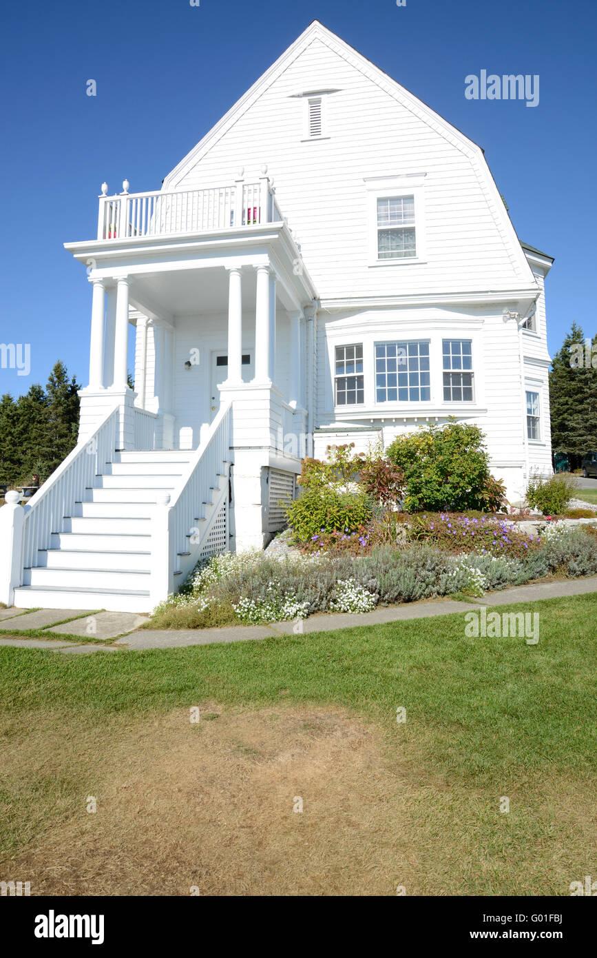 Entrée De Maison Avec Marche de l'extérieur une vieille maison blanche sur la côte du